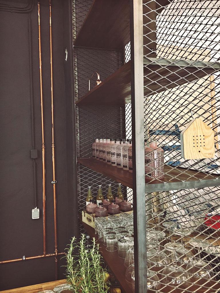 Bar im Industrie-Look aus Stahlprofilen und Streckgitterfüllung